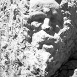 Dans la région de Saint-Geniez, une foule de pierres écrites racontent, hors du temps, les vies, les morts et les rencontres de bergers ou de voyageurs, célèbres parfois, anonymes souvent...